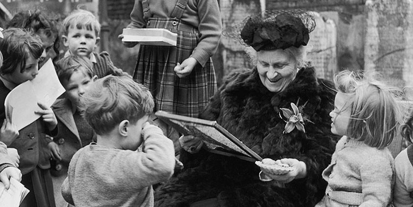 Maria Montessori con bambini